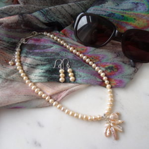peach-pearl-necklace-and-earrings-set-by-calicorosestudio.com